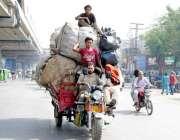لاہور: چنگچی پر اوور لوڈنگ کرنے کے بعد نوجوان بیٹھا ہے جو کسی حادثے ..