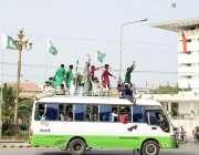 لاہور: یوم آزادی کے موقع پر نوجوان مال روڈ پر بس کی چھت پر سوار ہو کر ..