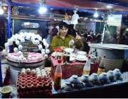 حیدر آباد: دکاندار سوپ اور ابلے ہوئے انڈے فروخت کررہا ہے۔