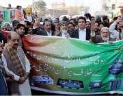پشاور: ورسک روڈ کے رہائشی گیس لوڈ شیڈنگ کے خلاف احتجاجی مظاہرہ کر رہے ..