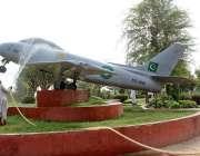 ملتان: پی ایچ اے کا اہلکار مقامی پارک میں نصب جہاز کو دھو رہا ہے۔