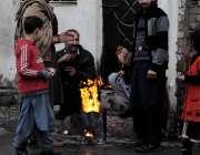 اسلام آباد: شہری سردے سے بچنے کے لیے آگ تاپ رہے ہیں۔