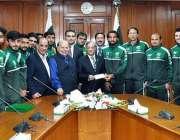 اسلام آباد: پاکستان فٹبال ٹیم کا وفد چیف جسٹس آف پاکستان ثاقب نثار کو ..