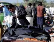اسلام آباد: شہری کھنہ پل سے گرم کپڑے خرید رہے ہیں۔