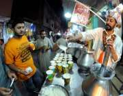 راولپنڈی: دکاندار سحری کے اوقات میں لسی فروخت کررہا ہے۔