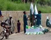 اسلام آباد: یوم آزادی کے حوالے سے محنت کش سڑک کنارے قومی پرچم فروخت ..