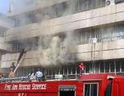 اسلام آباد: ریسکیو اہلکار پی آئی ڈی میں لگنے والی آگ بجھانے میں مصروف ..