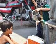 سرگودھا: بچے پینے کے لیے صاف پانی کولر میں بھر رہے ہیں۔