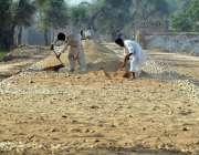 ملتان: مزدور بستی مہران روڈ پر تعمیراتی کام میں مصروف ہیں۔