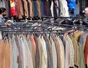 اسلام آباد: دکاندار گاہکوں کو متوجہ کرنے کے لیے پرانے گرم کپڑے سجا ئے ..