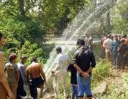 اسلام آباد: شہری گرمی کی شدت سے بچنے کے لیے نہا رہے ہیں۔