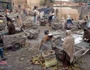 راولپنڈی: پھیری لگا کر چھلیاں فروخت کرنے والے محنت کش اپنی ہتھ ریڑھیاں ..