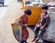 لاہور: خانہ بدوش بچے سخت دھوپ میں کارآمد اشیاء اکٹھی کرنے کے لیے کوڑے ..