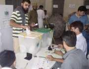 لاہور: عام انتخابات 2018  کے موقع پر ایک شخص اپنا ووٹ کاسٹ کر رہا ہے۔