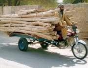 بہاولپور: محنت کش چنگچی پر سامان لادھے اپنی منزل کی طرف رواں ہے۔
