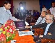 ملتان: کمشنر اشفاق ندیم کیانی ایف اے ، ایف ایس سی کے نتائج کا بٹن دبا ..