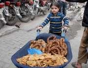 راولپنڈی: تعلیم حاصل کرنے سے محروم ایک کمسن بچہ خاندان کا ہاتھ بٹانے ..