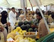 ملتان: خواتین سستا رمضان بازار سے سبزیاں اور پھل خرید رہی ہیں۔