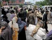 راولپنڈی: پریزائیڈنگ افسران پولنگ کا سامان لینے کے لیے سیشن کوٹ کے ..