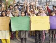 لاہور:نشات کالونی کے رہائشی پریس کلب کے باہر احتجاج کر رہے ہیں۔