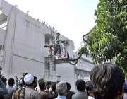 اسلام آباد: پی آئی ڈی ملازمین کو لفٹ کے ذریعے چھت سے اتارا جار ہا ہے۔