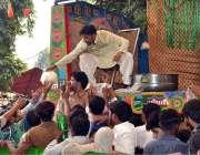 لاہور: حضرت داتا گنج بخش (رح) کے975ویں سالانہ عرس کے موقع پر دودھ تقسیم ..