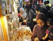 حیدر آباد: عید کی رتیایوں میں مصروف خواتین جیولری خرید رہی ہیں۔