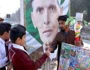 حیدر آباد: سکول سے چھٹی کے بعد بچے کھانے پینے کی اشیاء خرید رہے ہیں۔