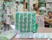 لاہور: اردوبازار میں ایک دکاندار نے یوم آزادی کے حوالے سے اشیاء فروخت ..