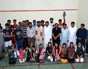 فیصل آباد: ایم پی اے محمد لطیف نظر اور ڈویژنل سپورٹس آفیسر طارق نظیر ..