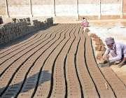 فیصل آباد:معمر مزدو بھٹہ اینٹیں بنانے میں مصروف ہے۔