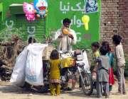 فیصل آباد: محنت کش غبارے فروخت کر رہا ہے۔