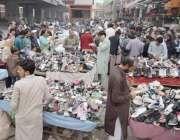 لاہور: شہری لنڈا بازار سے پرانے جوتے خرید رہے ہیں۔