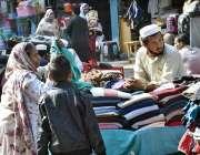 پشاور: خواتین گرم کپڑوں کی خریداری میں مصروف ہیں۔