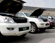 پشاور: این ایچ اے کے ریجنل آفس میں آکشن کے لیے رکھی گئی گاڑیاں۔