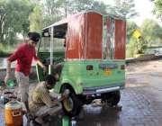 لاہور: شہری نہر کنارے اپنا رکشہ دھو رہے ہیں۔