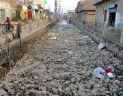 فیصل آباد: گرین ٹاؤن کے علاقہ میں برساتی نالہ میں کچرا جمع ہے، انتظامیہ ..