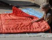 راولپنڈی: موسم سرد ہونے کے باعث ایک معمر شخص رضائی بنانے میں مصروف ہے۔
