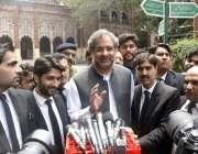 لاہور: سابق وزیراعظم پاکستان شاہد خاقان عباسی لاہور ہائیکورٹ کے باہر ..