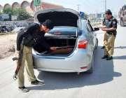 پشاور: پولیس اہلکار محرم الحرام کے موقع پر سیکیورٹی کے پیش نظر گاڑی ..
