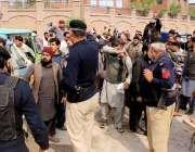 پشاور: گنڈا مار پریس کلب کے سامنے روڈ بلاک کرکے مظاہرے کے دوران پولیس ..