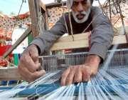 اسلام آباد: لوک ورثہ میں منعقدہ لوک میلہ2018کے موقع پر ایک آرٹسٹ اپنے ..