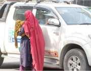 لاہور: ایک بھکارن اپنے بچے کو گود میں اٹھائے ٹریفک سگنل پر بھیک مانگ ..