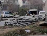 اسلام آباد: آئی جی پی روڈ سٹریٹ لائٹس کے کھمبے زمین پر پڑے ہیں جو متعلقہ ..