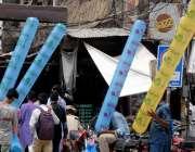 راولپنڈی:14اگست کے سلسلے میں لوگ جشن آز ادی والے غبارے خرید رہے ہیں۔