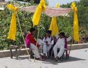 راولپنڈی: ڈھولچی دھوپ سے بچنے کے لیے کپڑالگائے روڈ کنارے کام کے انتظار ..