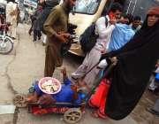 راولپنڈی: معذور شخص بھیک مانگ رہا ہے۔