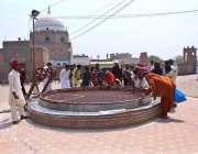 ملتان: بہاؤالدین زکریہ کے مزار پر آنے والے زائرین کا ہجوم۔