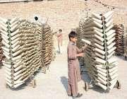 فیصل آباد: محنت کش بچہ پاور لوم پر اپنے روز مرہ کام میں مصروف ہے۔