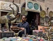 لاہور: ایک دکاندار ہاتھ سے بنی ہوئی اشیاء فروخت کے لیے سجائے بیٹھا ہے۔